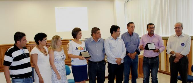 Prefeitos e Prefeitas do Sul da Bahia entregaram a placa a reitora Adélia Pinheiro (3)